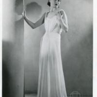 Фотография модели в белом платье от Поля Руа.