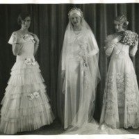 Фотография трех моделей в подвенечных платьях