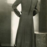 Фотография модели в светло-зеленом суконном пальто от Яссингера.