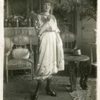 Фотография модели в сатиновой пижаме