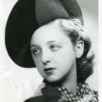Фотография модели в черной велюровой шляпке в узорчатом шарфе.