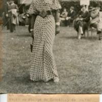 Фотография дамы в клетчатом платье на скачках в Ле-Мане.