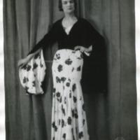 Фотография модели в белом узорчатом платье в черной блузе от Берне (Bernau)