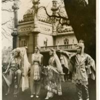 Фотография актерской группы в персидских костюмах на карнавале в Брайтоне