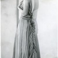 """Фотография модели в бело-красно-зеленом вечернем платье """"Fraicheur"""" (""""Прохлада"""") от Поля Руа"""