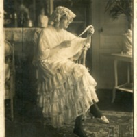 Фотография модели в розовой юбке с кружевами.