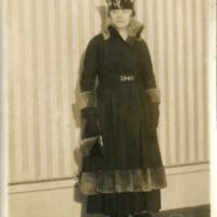 """Фотография модели в платье """"Regina"""" (""""Регина"""") цвета маренго с сине-стальными вставками от  Жозефа Пакена и шляпе от Мари."""