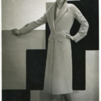 Фотография модели Шанталь в серо-голубом пальто с регланом и большими пуговицами от Сент-Бриана.