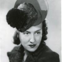 """Фотография модели в фетровой шляпке """"Bourbon 37"""", украшенной помпоном из черного страуса, от Луи Бурбона."""
