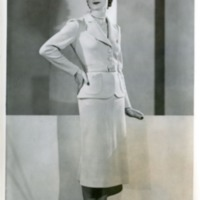 Фотография модели в светлом костюме от Рене Мишель