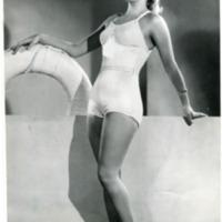 """Фотография модели в белом пляжном костюме """"Maillot vedette 38"""" от Эрес и туфлях."""