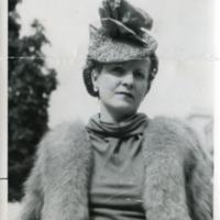 Фотография дамы в шляпке и мехах.