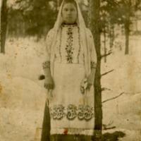 Фотография женщины в национальном костюме