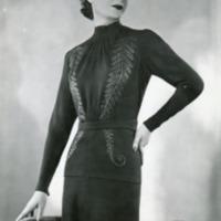Фотография модели в черном платье с серебряными веточками от Поля Руа.