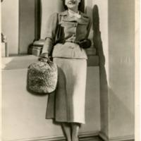 Фотография американской актрисы и модели Нормы Ширер, демонстрирующей костюм из грубой серой шерсти и папаху.