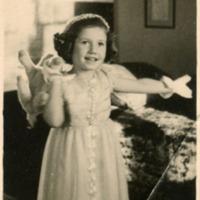 Фотография девочки в белом платье и мягкой игрушкой