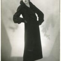 Фотография модели в черном каракулевом манто.