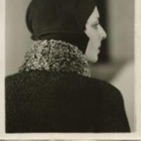 Фотография модели в сиреневой фетровой шапочке