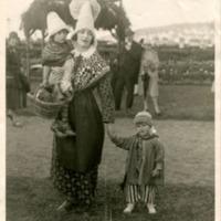 """Фотография Лемейн де л""""Оден, держащей за руки Жанну Лебланк и Пьера Корбо на празднике в Нормандии"""