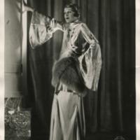 Фотография модели в узорчатом платье с широкими рукавами и меховыми поясом от Агнес Велель (Velale Agnes).