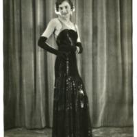 """Фотография модели в черном бальном платье с перчатками """"Наяда"""" (""""Naiade"""") от Филиппа Гасло (Philippe Gaslow)"""