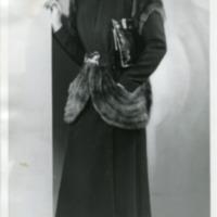 Фотография модели в каштановом норковом пальто от Жана Дессе (Jean Dessès) и шляпке от Ле Монье.