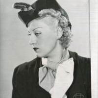 Фотография модели в шляпке от Жана Бланше.