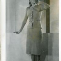 Фотография модели в светлом полосатом костюме от Рене Мишель.