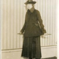 Фотография модели в темном английском дамском костюме для спорта от  Жозефа Пакена