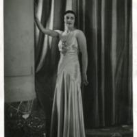 Фотография модели в светлом бальном платье от Офелии Редберн (Olhelie Redbern).