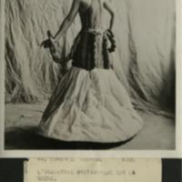 """Фотография британской модели Дианы Даймонд в костюме """"Шелк"""" на выставке """"Британская империя и ее индустрия"""" в лондонском Альберт-холле"""
