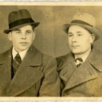 Фотоокрытка с двумя неизвестными мужчинами в костюмах и шляпах