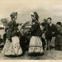 Фотография одиннадцати цыганят, готовящих танцевальный номер для ярмарочного праздника