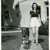 Фотография американской актрисы Энн Рутерфорд и ее домашних животных - немецкой овчарки Сэнди и кошки Мэри