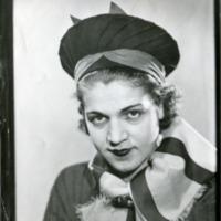 Фотография модели в шляпке и шарфе